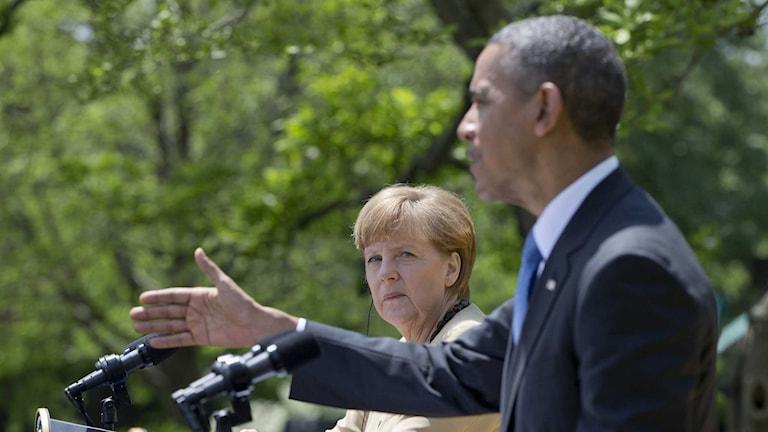 Angela Merkel tittar på Barack Obama. Foto: Carolyn Kaster / TT