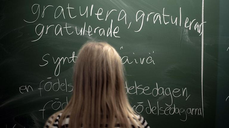 En flicka vid en tavla i skolan. Foto: Staffan Löwstedt/TT