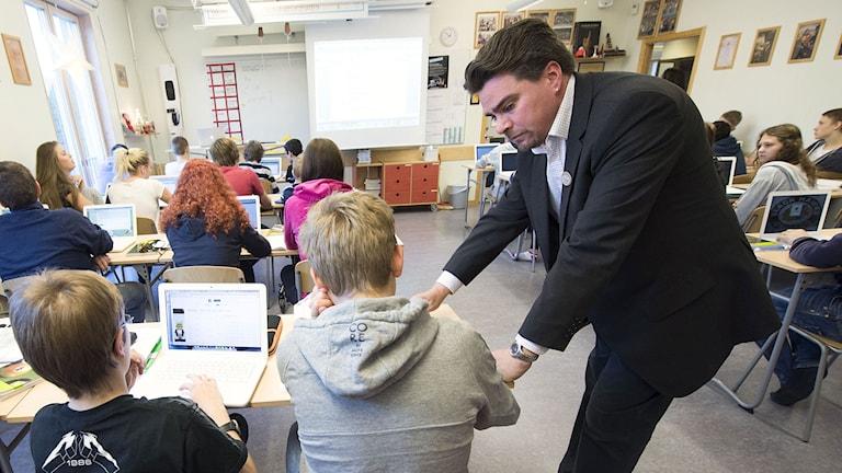Per Berggren undervisar niondeklassare under en mattelektion på Trädgårdstadsskolan i Tullinge. Foto: Fredrik Sandberg/TT