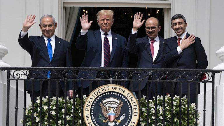 Israels premiärminister Benjamin Netanyahu, USA:s president Donald Trump, Bahrains utrikesminister Khalid bin Ahmed Al Khalifa och Förenade arabemiratens utrikesminister Abdullah bin Zayed al-Nahyan.