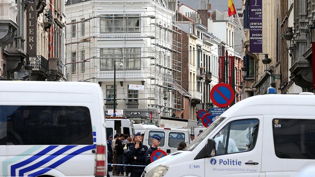 Poliser utanför judiska museet i centrala Bryssel där flera personer sköts till döds. Foto: Nicolas Maeterlinck/TT.
