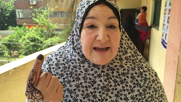 Hoda Abdelrahim berättar, till skillnad från många oliktänkande i Egypten, inte bara vad hon heter utan var hon bor, på Mohamed Heikalgatan, och den som vill komma förbi är välkommen. Foto: Cecilia Uddén/Sveriges Radio.