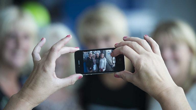En person fotar sina kompisar med en mobilkamera. Foto: Fredrik Sandberg/TT.