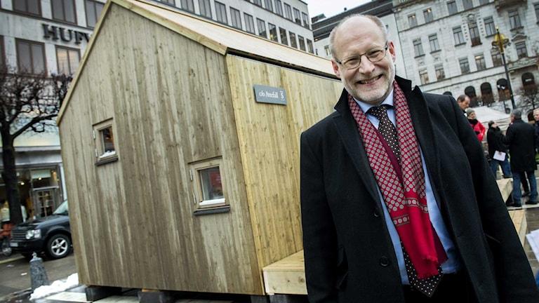 Bostadsminister Stefan Attefall, framför en prototyp av ett Attefallshus.