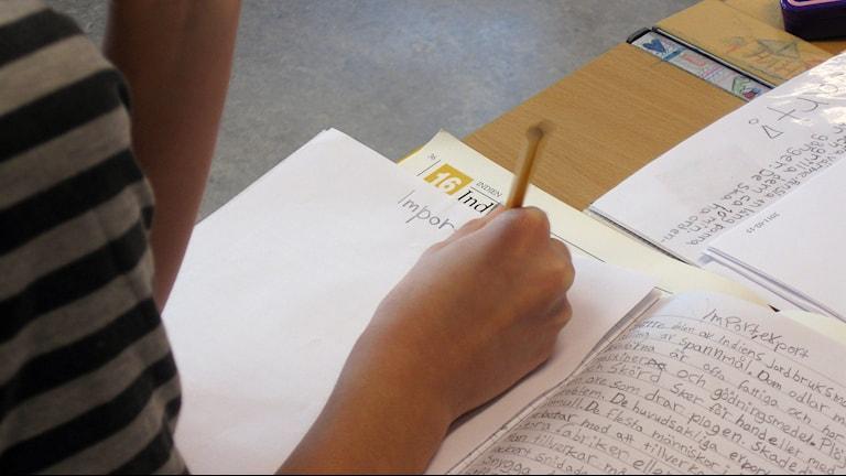 Elev med arbete i skolbänk. Foto: Tommy Engman/SVT-bild