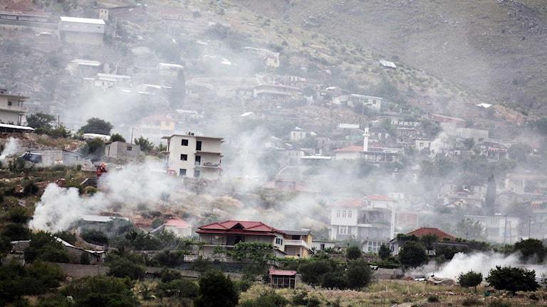 Rök stiger från byn Lazarat, enligt AP från när invånare bränner sina cannabislager före polisinsatsen.