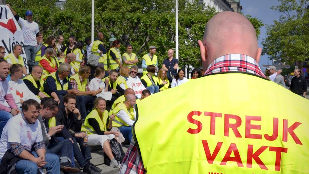 Seko-medlemmar som strejkar för bättre villkor manifesterar på Stortorget i Malmö under torsdagen. Foto: John Alexander Sahlin / TT