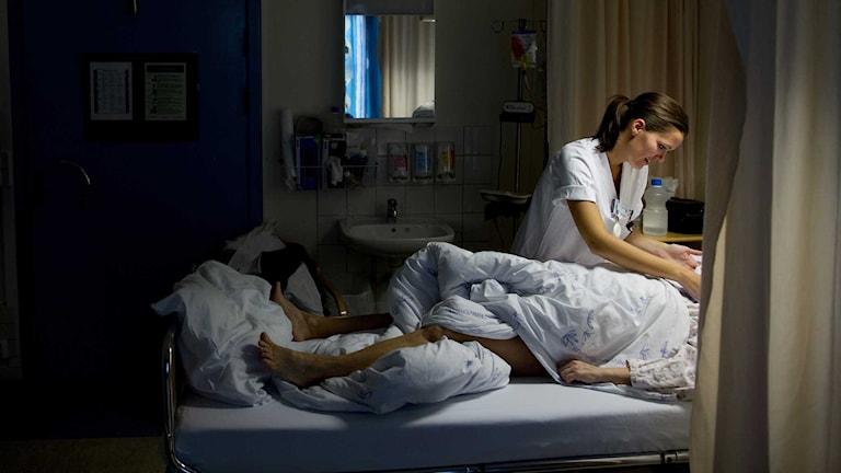 En sjuksköterska vårdar en patient. Foto: Tore Meek / TT
