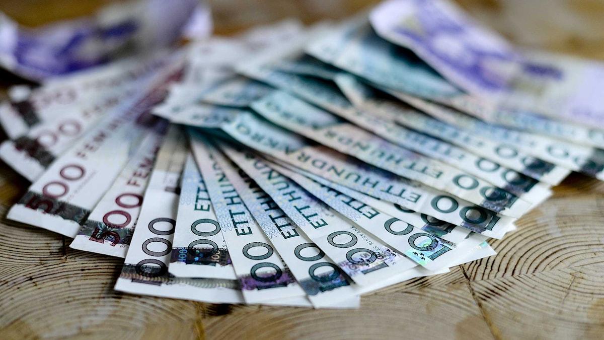En bunt med svenska sedlar. Foto: Pontus Lundahl/TT.