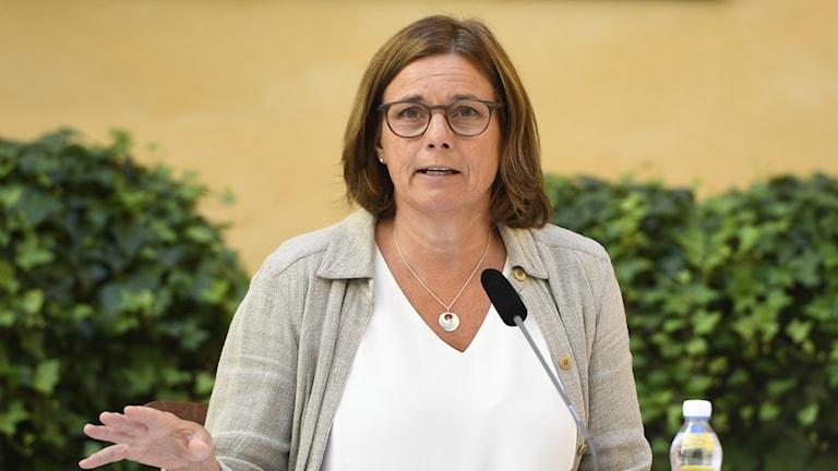 Isabella Lövin: Orimligt att plast används en gång och slängs