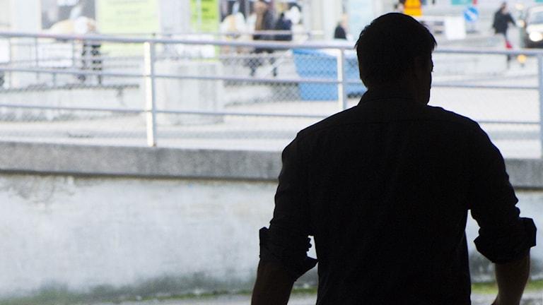 Silhuetten av en man som går med målmedvetna steg. Foto: Fredrik Sandberg/TT