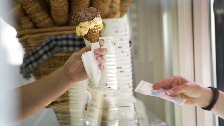 En kund köper glass i en kiosk.