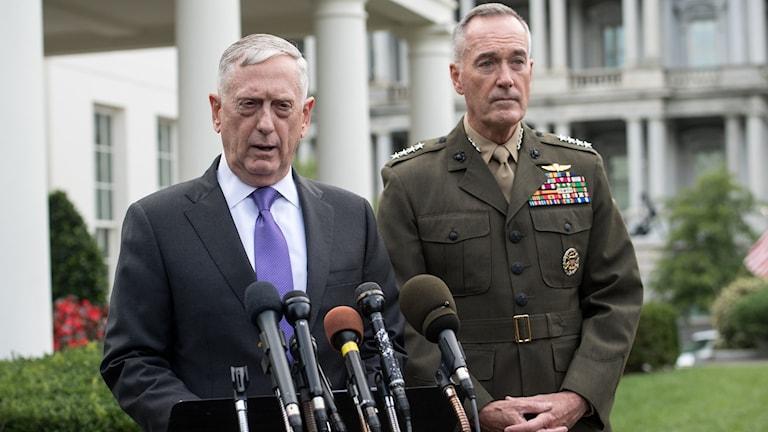 USA:s försvarsminister James Mattis möter pressen utanför Vita Huset tillsammans med försvarsstabschefen general Joseph Dunford på söndagskvällen.