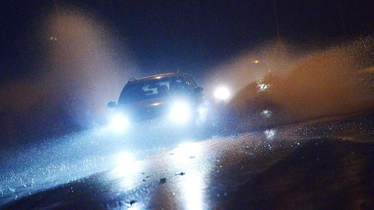 En bil kör på en regnig väg. Foto: Johan Nilsson / TT