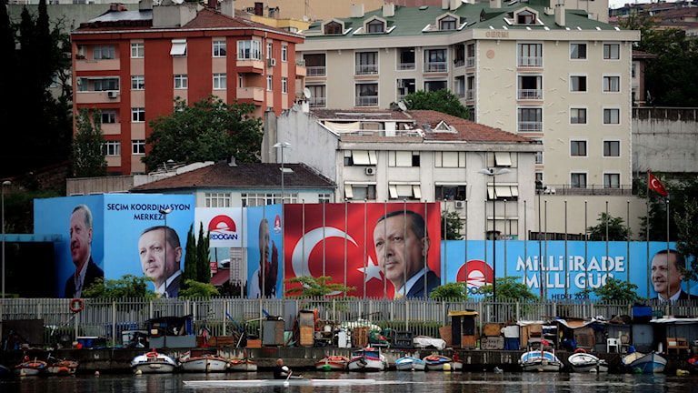 Valaffischer med Tayyip Erdogan  längs kaj i Istanbul. Foto: Ozan Kose/TT.