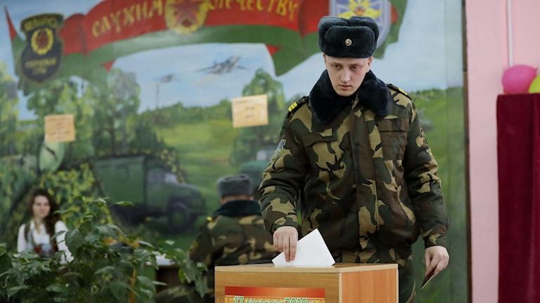 En militär röstar i Minsk.