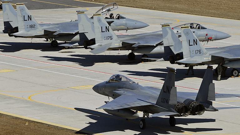 Amerikanska militär jetplan under en av Natos flygvapenövningar på Siauliai flygbas cirka 230 km öster om huvudstaden Vilnius, Litauen. Foto: Mindaugas Kulbis / AP Photo / TT.