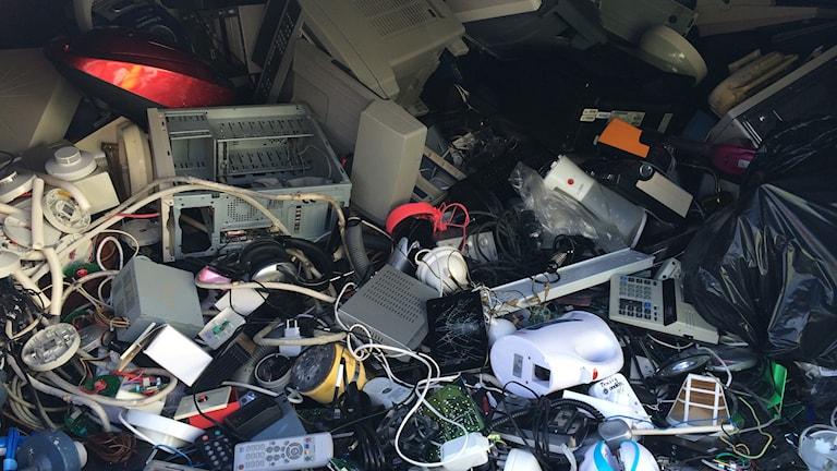 Elavfall på återvinningsstation. Foto: Parisa Khakuei / Sveriges Radio