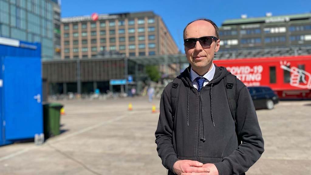 Sannfinländarnas Jussi Halla-aho kampanjar på Narinken torget i Helsingfors.
