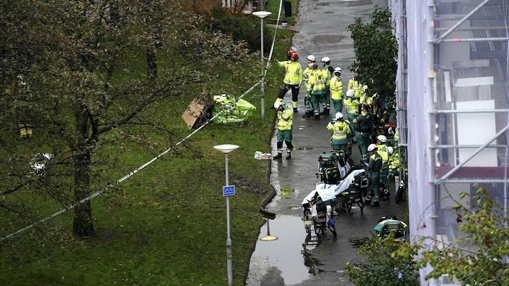 Räddningstjänst utanför ett brinnande hus i Göteborg.