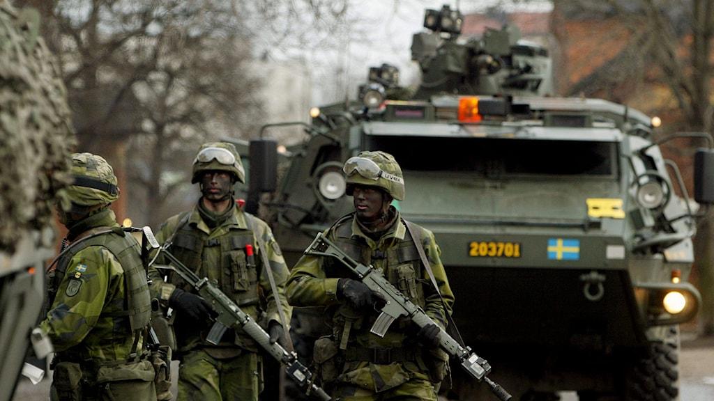 Officerare och värnpliktiga ur Livgardet i Kungsängen på en skarp övning. Foto: Jonas Ekströmer/TT.