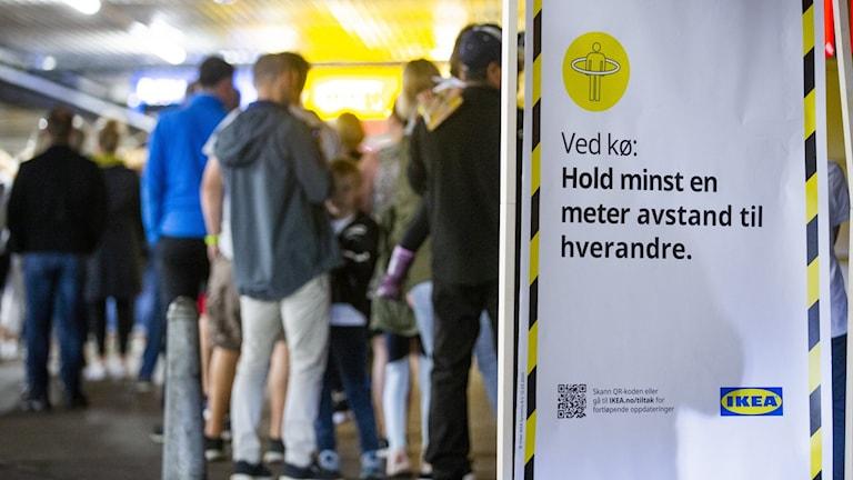 Uppmaning att hålla avstånd i ett norskt Ikea-varuhus.