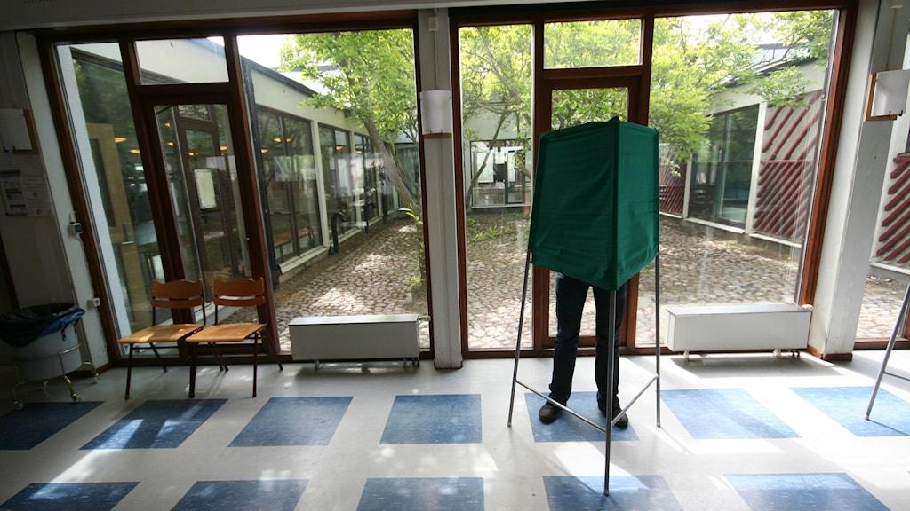 Ett valbås i en svensk vallokal.