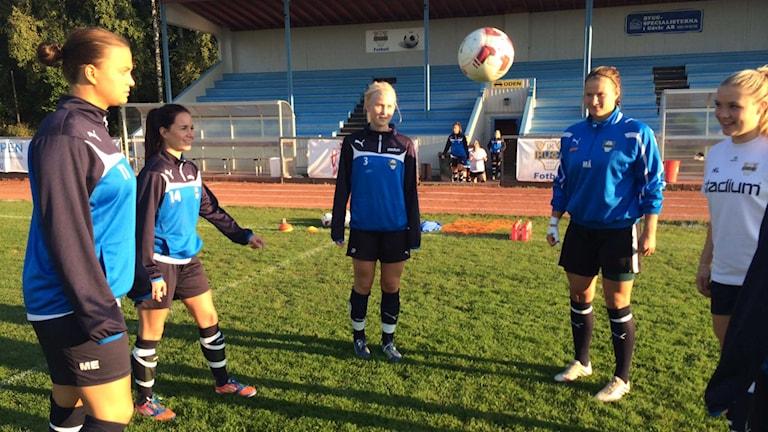 Johanna Pettersson (i mitten) och lagkamraterna i IK Huge i Gävle har sålt såväl kakor som underkläder för att ha råd att åka på träningsläger.