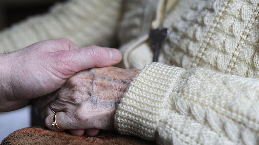 Äldre kvinna med alzhemiers. Foto: Sebastien Bozon/TT.