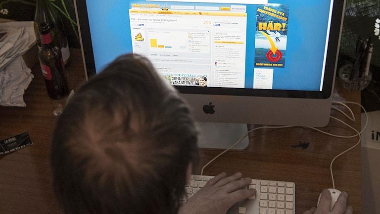 En man vid dator surfar på Hamsterpaj.net, en hemsida vars målgrupp är ungdomar mellan 15 och 25 år. Foto: Fanni Olin Dahl/TT.
