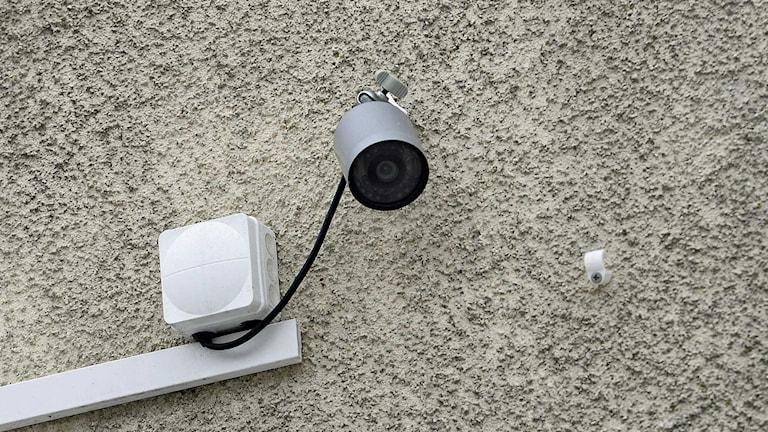 En övervakningskamera sitter på en husvägg. Foto: Pontus Lundahl/Sveriges Radio.