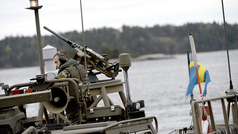En stridsbåt 90 vid Stavsnäsbrygga på Nämndöfjärden i Stockholms skärgård under den fortsatta ubåtsjakten på lördagen. Foto: Pontus Lundahl / TT