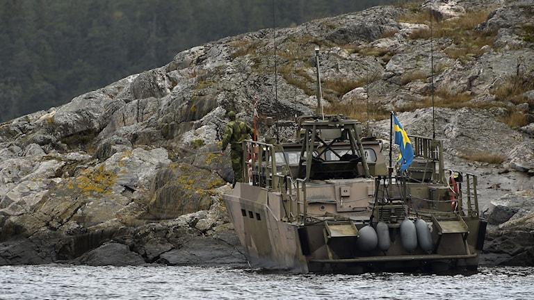 En stridsbåt 90 vid ön Kullbäling, söder om Ornö under måndagseftermiddagen. Foto: Anders Wiklund/TT