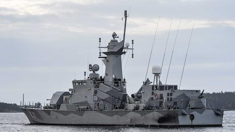 Korvetten HMS Stockholm patrullerar i Jungfrufjärden på måndagsmorgonen. Foto: Anders Wiklund/TT.