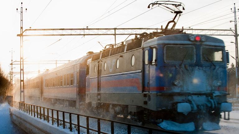 SJ-tåg kör genom snölandskap. Foto: TT