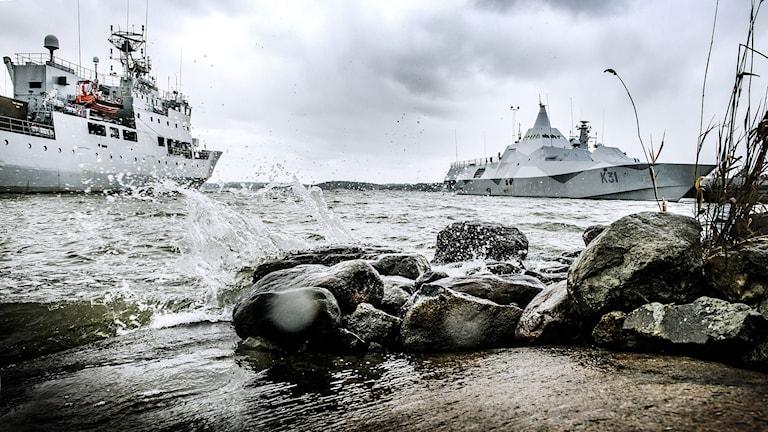 Korvetten HMS Visby (till höger) vid örlogsbasen i Berga i samband med underrättelseoperationen i Stockholms skärgård. Foto: Tomas Oneborg/TT.