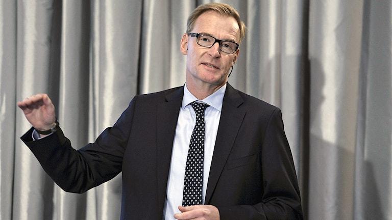 Olof Persson, vd för Volvo AB presenterar företagets delårsrapport under en pressträff på Tändstickspalatset i Stockholm. Foto: Anders Wiklund / TT.