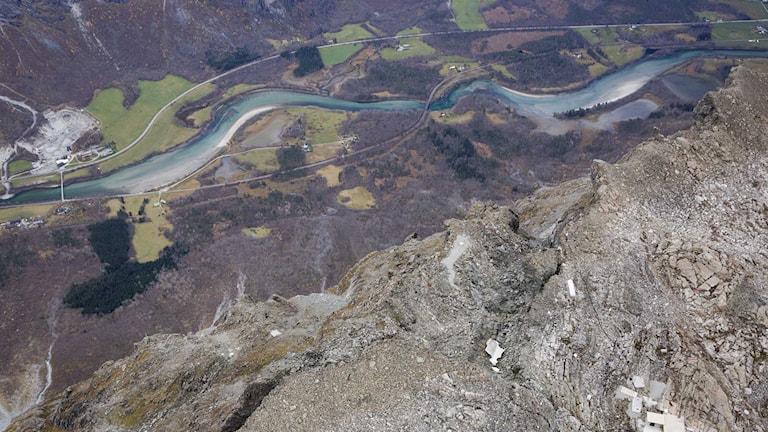 Delar av berget Mannen i Rama riskerar att rasa ner. Foto: TT.
