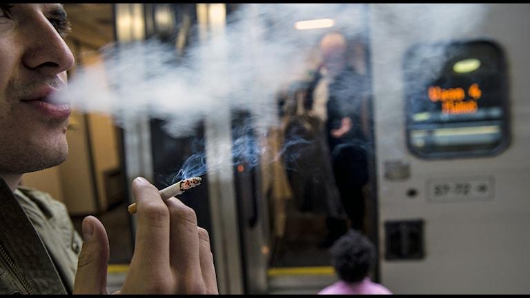 Rökare och före detta rökare löper en större risk att drabbas av lungcancer. Foto: Pontus Lundahl / TT.