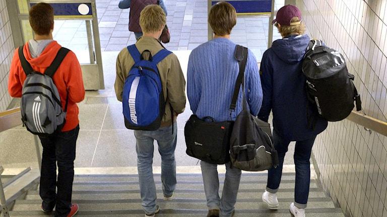 Fyra ungdomar går nedför en trappa. Foto: Janerik Henriksson/TT.