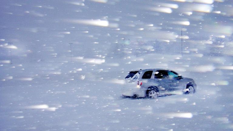 Bil i omfattande snöoväder. Foto: Brian Peterson/TT.