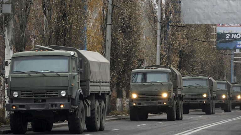En konvoj med oregistrerade militärfordon i utkanten ac Donetsk, på tisdagen. Foto: Mstyslav Chernov / TT