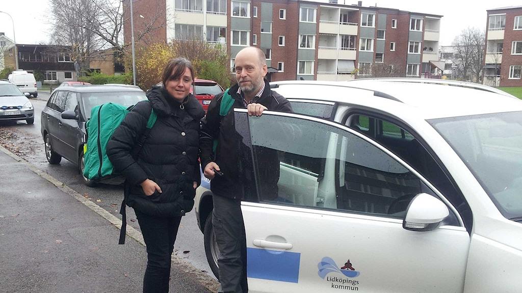 Distriktssköterska Martina Gebhardt och mobile hemsjukvårdsläkaren Jesper Poucette på väg till ett hembesök. Foto: Joel Wendle/Sveriges Radio