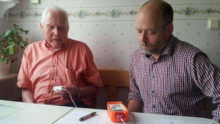 Läkaren Jesper Poucette på hembesök hos 87-årige Lennart Lundkvist. Foto: Joel Wendle/Sveriges Radio.