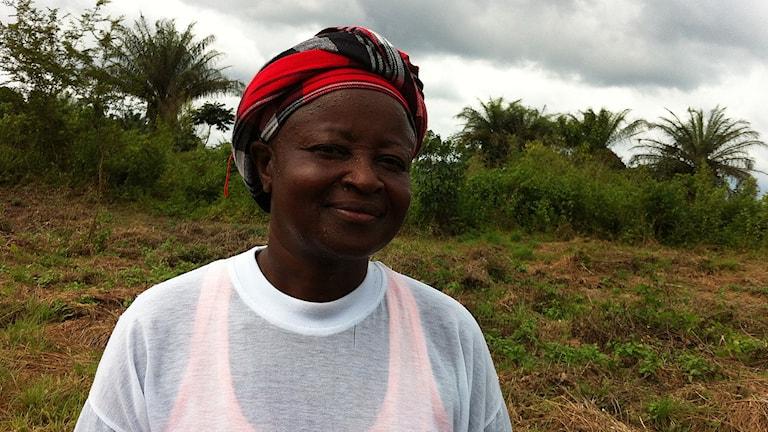 Zoeg Koilor är nu frivilligarbetare i byn Low Cost. Hon knackar dörr och frågar hur folk mår. Foto: Margareta Svensson/SR