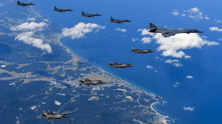 Bombplan flyger längs med Nordkoreas kust