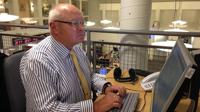 Jan Mörtberg, militärstrategisk expert på Försvarshögskolan, chattar med Ekots lyssnare och läsare. Foto: Julia Milder/Sveriges Radio
