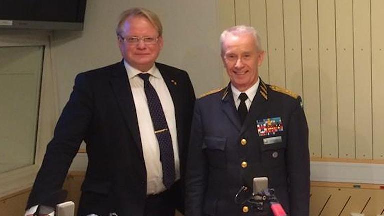 Försvarsminister Peter Hultqvist (S) och ÖB Sverker Göransson i Studio Etts studio på fredagen. Foto: Magnus Westberg/Sveriges Radio