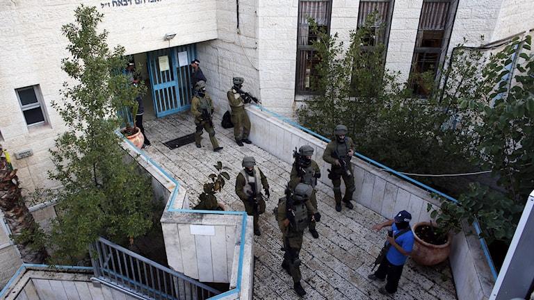 Säkerhetsstyrkor söker igenom området efter attacken mot en synagoga. Foto: Ronen Zvulu/Reuters.
