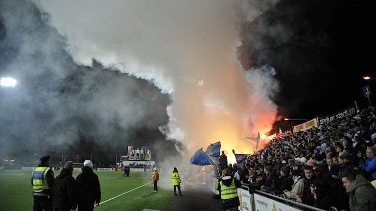 Eld tänd i publiken inför match i allsvenskan i fotboll. (Foto: Pontus Lundahl/TT).